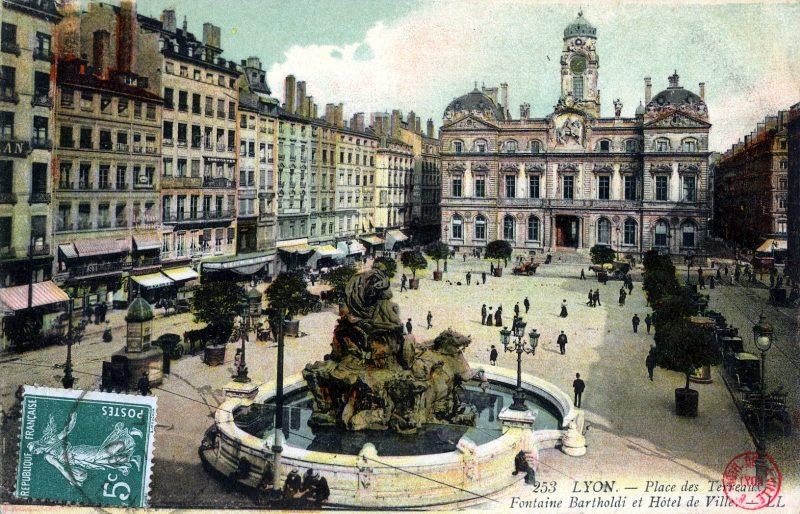 LYON : Place des Terreaux - Fontaine Bartholdi et  Hôtel de Ville.